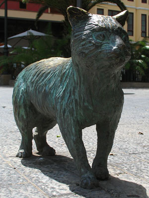 Statue of El Gato de Cheshire at The Cheshire Cat Blog